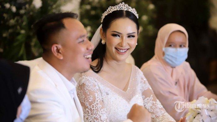 Vicky Prasetyo resmi menikahi Kalina Ocktaranny di The Lodge at Jagorawi Golf & Country Club, Bogor, Jawa Barat, Sabtu (13/3/2021). Vicky Prasetyo sempat mengakui kalau sudah menikah sebanyak 24 kali, baik secara siri maupun resmi negara. Dengan demikian, pernikahan bersama Kalina Ocktaranny menjadi pernikahannya yang ke-25. Tribunnews/Herudin