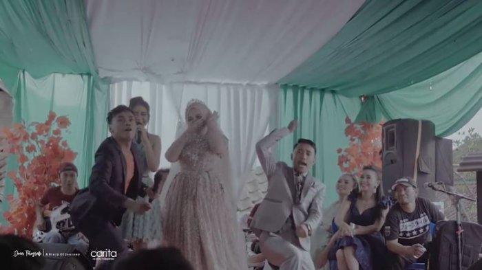 Aksi panggung kedua mempelai yang video pernikahannya viral.