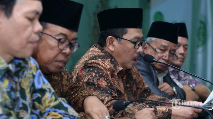 Wakil Ketua Umum Majelis Ulama Indonesia (MUI) Zainut Tauhid (tengah) didampingi Wasekjen MUI Amirsyah Tambunan (kiri), Ketua Bidang Infokom MUI Masduki Baidowi (kedua kiri), Wakil Ketua Komisi Hukum dan Perundang-undangan MUI Ikhsan Abdullah (kedua kanan) dan Wakil Ketua Komisi Hukum Ikhsan Abdullah (kanan) saat memberikan keterangan kepada wartawan terkait penghinaan Ketua Umum MUI di persidangan Ahok di Gedung MUI, Jakarta, Kamis (2/2/2017). Dalam konferensi pers tersebut pihak MUI menyesalkan pernyataan terdakwa dugaan penistaan agama Basuki Tjahja Purnama kepada Ketua Umum MUI Ma'ruf Amin dan meminta KY untuk menegakkan kode etik dalam pemeriksaan pengadilan dan MA untuk intesif pengawasan persidangan. TRIBUNNEWS/IRWAN RISMAWAN