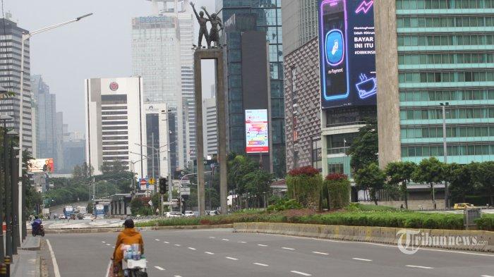 Arus lalu lintas di Kawasan Bundaran HI, Jakarta Pusat, tampak lengang pada Minggu (5/4/2020) sore. Memasuki pekan perpanjangan masa kebijakan kerja dari rumah (WFH) akibat wabah virus korona (Covid-19), lalu lintas di sejumlah ruas jalan protokol Jakarta terpantau lengang. (Warta Kota/Angga Bhagya Nugraha)