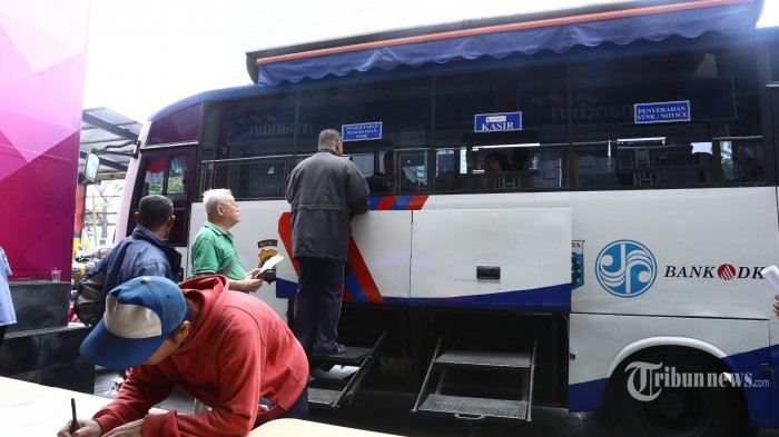 Warga antre menunggu giliran perpanjangan STNK keliling di halaman LTC Glodok, Taman Sari, Jakarta Barat, Selasa (17/10/2017). LTC Glodok bekerjasama dengan Polda Metro Jaya mengadakan pelayanan perpanjangan SIM dan STNK bagi warga Jakarta, sekaligus bisa sambil berbelanja. Warta Kota/Angga Bhagya Nugraha