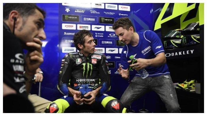 Persaingan dua pebalap papan atas, Valentino Rossi dan Jorge Lorenzo menjadi yang terbesar di ajang MotoGP. Pembalap Monster Energy Yamaha, Valentino Rossi (kiri), mendengarkan saran dari Jorge Lorenzo saat tes pramusim MotoGP 2020 di Sirkuit Sepang, Malaysia, 8 Februari 2020.