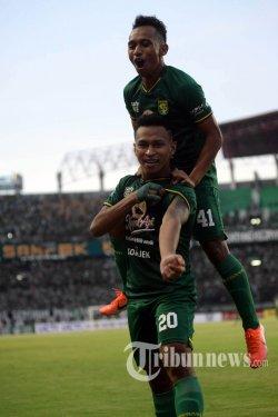 Pemain Persebaya Surabaya Osvaldo Haay merayakan golnya ke gawang Madura United FC pada Leg 1 babak 8 besar Piala Indonesia di Stadion Gelora Bung Tomo (GBT), Rabu (19/6/2019). Gol Tunggal Osvaldo Haay pada menit 54 menjadi penyeimbang skor 1-1 yang lebih dulu didapat Madura United FC. SURYA/HABIBUR ROHMAN