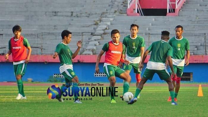 Persebaya menggelar latihan di Stadion Gelora Delta Sidoarjo tanpa pelatih utama DJadjang Nurdjaman dan asistennya Bejo Sugiantoro, jumat (24/5/2019).