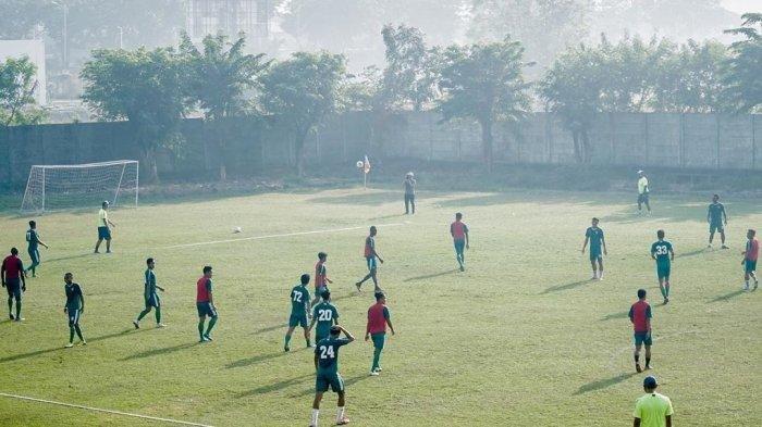 Persebaya saat berlatih di Stadion Pusaka, Wiyung, Surabaya