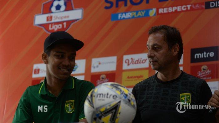WAKTUNYA BANGKIT - Pelatih Persebaya Surabaya Wolfgang Pikal didampingi Kiper Mizwar bertemu dengan Pelatih dan kapte PSS Sleman, Senin (28/10/2019). Persebaya dijadwalkan menjamu PSS Sleman Pada Selasa (29/10/2019) di Stadion GBT Surabaya. (SURYA/HABIBUR ROHMAN)