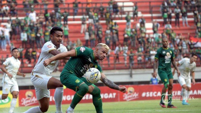Pemain Persebaya Surabaya Diogo Campos (kanan) berduel dengan pemain PSS Sleman Ikhwan Ciptady (kiri) dalam lanjutan pertandingan Liga 1 di Stadion Gelora Bung Tomo (GBT) Surabaya, Selasa (29/10/2019). Persebaya Surabaya dikalahkan PSS Sleman di kandangnya dengan skor 2-3. SURYA/HABIBUR ROHMAN