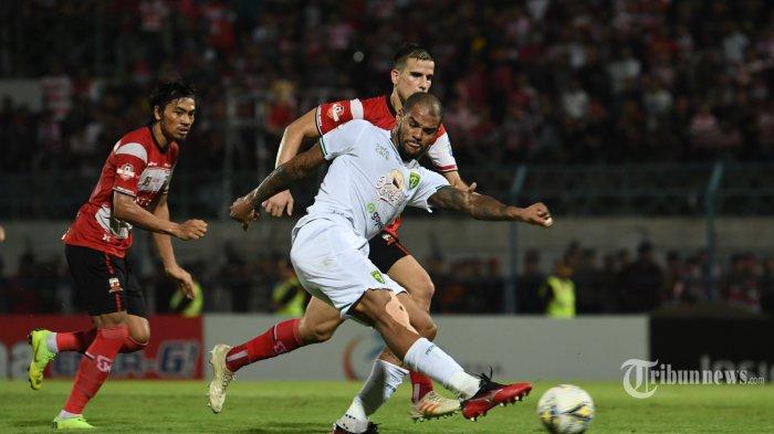 Aksi pesepak bola Persebaya Surabaya, David Dasilva saat merebut bola dari tim Madura United pada lanjutan liga 1 di Gelora Bangkalan Madura, Senin (2/12/2019). Madura United harus menerima kekalahkan dari Persebaya Surabaya dengan hasil 2-3. (Surya /Sugi Harto)