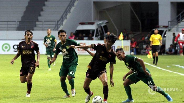 Pemain Persebaya Surabaya berduel melawan pemain PSM Makassar dalam pertandingan laga tunda Liga 1 di Stadion Batakan Balikpapan, Kamis (14/11/2019). Persebaya akhirnya memenangkan laga melawan PSM Makassar dengan skor ketat 3-2. TRIBUN KALTIM/FACHMI RACHMAN
