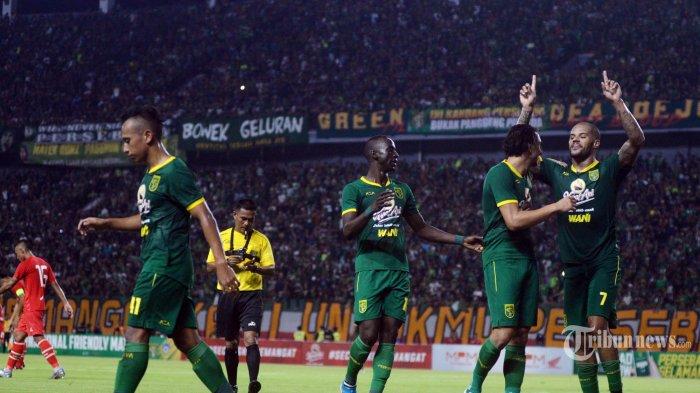 Pertandingan Persebaya Surabaya lawan Sabah FA Malaysia di Stadion Gelora Bung Tomo (GBT) Surabaya, Sabtu (8/2/2020). Pertandingan persahabatan ini sekaligus launching Tim Persebaya Liga 1 tahun 2020. Pada babak pertama, Persebaya unggul 2-1 atas sabah oleh David da Silva. (SURYA/HABIBUR ROHMAN)