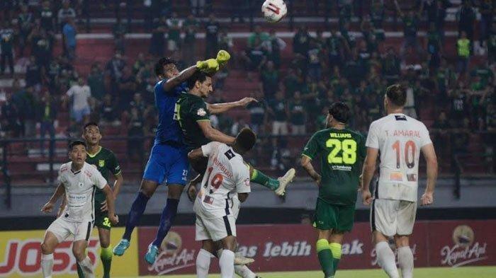 Persebaya Surabaya saat menjamu Persipura Jayapura di Stadion Gelora Bung Tomo Surabaya, Jumat (13/3/2020). Pada babak pertama Persebaya ketingalan 2-1 dan permainan berakhir 4-3 untuk Persipura.