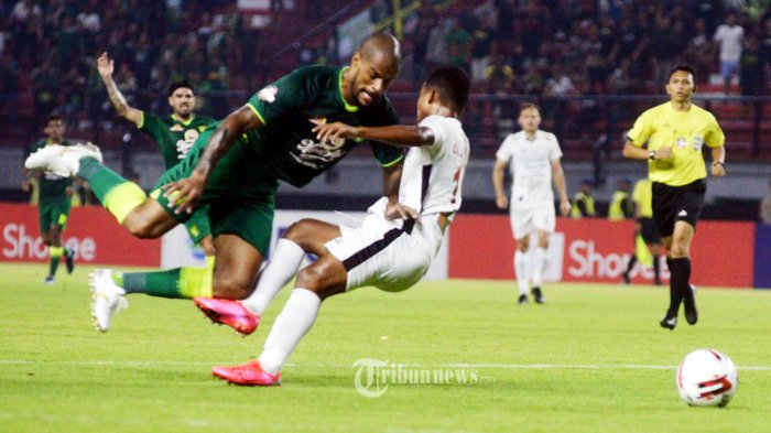 TIPIS - Permaian Tim Persebaya Surabaya saat menjamu Tim Persipura Jayapura di Stadion Gelora Bung Tomo Surabaya, Jumat (13/3/2020). Pada babak pertama Persebaya ketingalan 2-1 dan permainan berakhir 4-3 untuk Persipura. SURYA/HABIBUR ROHMAN
