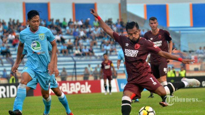 Pemain PSM Makassar Zulham Zamrun (kanan) berusaha mencetak gol ke gawang Persela Lamongan dalam lanjutan pertandingan Liga 1 di Stadion Surajaya, Lamongan, Jumat (10/8/2018). Tuan rumah Persela lamongan berbagi angka dengan tamunya PSM Makassar 1-1. SURYA/SUGIHARTO