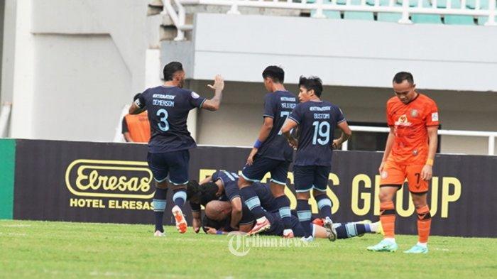 Pesepakbola Persela Lamongan melakukan selebrasi usai Gian Zola mencetak gol ke gawang Persiraja Banda Aceh pada lanjutan BRI Liga 1, di Pakansari Cibinong, Bogor, Selasa (28/9/2021). Pada pertandingan babak pertama Persela Unggul 1-0. TRIBUNNEWS/HERUDIN
