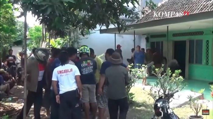 Warga berkerumun di depan rumah yang menjadi tempat perselingkuhan RK dan SLM, Minggu (21/3/2021).