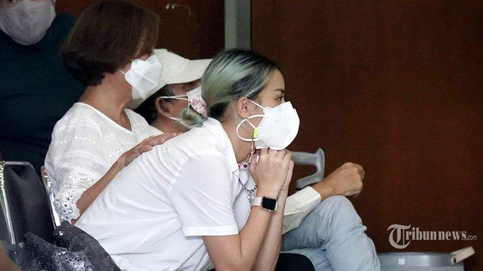 Aktris Joanna Alexandra ditemani anak dan kerabatnya saat persemayaman jenazah suaminya, Raditya Oloan di rumah duka RSPAD Gatot Subroto, Jakarta Pusat, Jumat (7/5/2021). Raditya Oloan meninggal dunia di ICU Rumah Sakit Persahabatan pada Kamis (6/5/2021) malam karena badai sitokin (cytokine storm) setelah sebelumnya juga terpapar Covid-19. Jenazah Raditya Oloan rencananya akan dimakamkan di San Diego Hills pada Minggu (9/5/2021). Tribunnews/Herudin