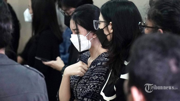Keluarga dan kerabat aktris Joanna Alexandra hadir saat persemayaman jenazah suami Joanna, Raditya Oloan di rumah duka RSPAD Gatot Subroto, Jakarta Pusat, Jumat (7/5/2021). Raditya Oloan meninggal dunia di ICU Rumah Sakit Persahabatan pada Kamis (6/5/2021) malam karena badai sitokin (cytokine storm) setelah sebelumnya juga terpapar Covid-19. Jenazah Raditya Oloan rencananya akan dimakamkan di San Diego Hills pada Minggu (9/5/2021). Tribunnews/Herudin