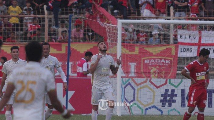 Striker PSS Sleman (tengah tangan menunjuk) Yevhen Bokhashvili usai mencetak gol kedua ke gawang Perseru Badak Lampung FC. Bermain di Stadion Sumpah Pemuda, Way Halim, Bandar Lampung, Jumat 9 Agustus 2019 sore, skuat Laskar Saburai harus mengakui keunggulan tamunya, PSS Sleman dengan skor 0-2.