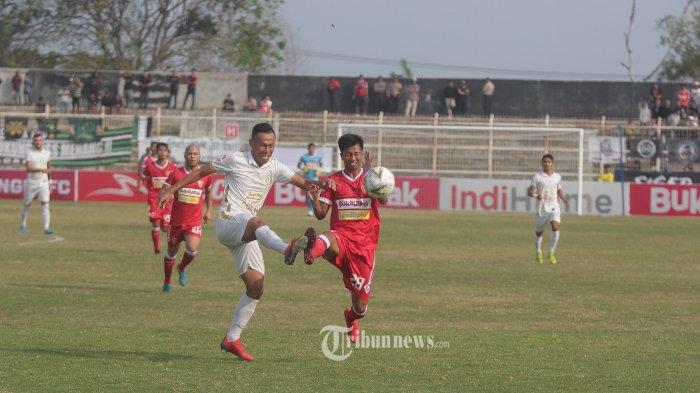 Pemain Perseru Badak Lampung FC Suhadi (nomor 28) berebut bola dengan pemain PSS Sleman. Bermain di Stadion Sumpah Pemuda, Way Halim, Bandar Lampung, 9 Agustus 2019, skuat Laskar Saburai harus mengakui keunggulan tim tamu dengan skor 0-2. TRIBUN LAMPUNG/Noval Andriansyah