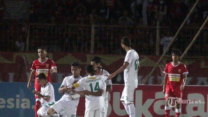 Para pemain Persebaya Surabaya merayakan gol mereka ke gawang Perseru Badak Lampung FC dalam laga lanjutan Liga 1 2019 di Stadion Sumpah Pemuda, Kota Bandar Lampung, Lampung, Selasa (20/8/2019) malam. Skuat Laskar Saburai kembali gagal meraih hasil maksimal di kandang sendiri setelah kalah dari Persebaya Surabaya dengan skor 1-3. Tribun Lampung/Noval Andriansyah