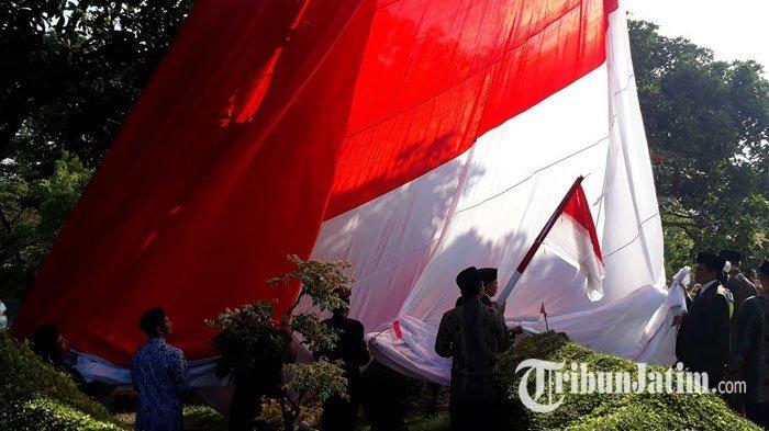 VIDEO: Bendera Raksasa di Masjid Al Akbar Surabaya Alami Insiden sebelum Berkibar Sempurna