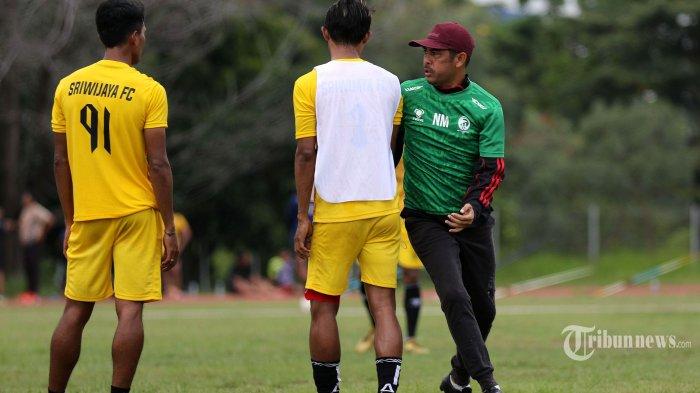 Pelatih Sriwijaya FC, Nil Maizar mempraktikkan cara mengganggu konsentrasi lawan saat terjadi perebutan bola pada latihan rutin Sriwijaya FC di lapangan luar Stadion Atletik Jakabaring Sport City, Kota Palembang, Sumatera Selatan, Rabu (8/9/2021). Sriwijaya FC terus menggelar latihan jelang bergulirnya laga Liga 2 musim 2021-2022. Sriwijaya Post/Syahrul Hidayat