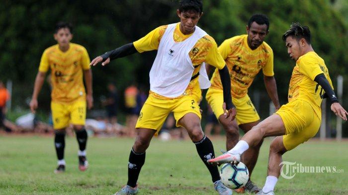 Tim Laskar Wong Kito Sriwijaya FC melakukan latihan rutin di lapangan luar Stadion Atletik Jakabaring Sport City, Kota Palembang, Sumatera Selatan, Rabu (8/9/2021). Sriwijaya FC terus menggelar latihan jelang bergulirnya laga Liga 2 musim 2021-2022. Sriwijaya Post/Syahrul Hidayat
