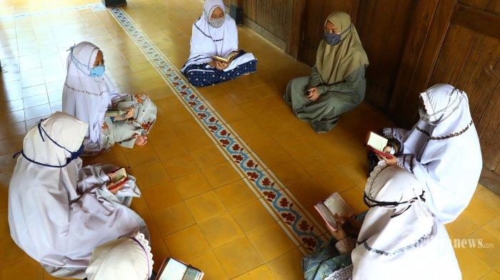 Siswa mengenakan masker saat mengaji di Pesantren An-Nuqthah, Tangerang, Banten, Rabu (17/6/2020). Jelang pelaksanaan kegiatan belajar mengajar di masa transisi normal baru (new normal), beragam persiapan dan protokol kesehatan di siapkan pihak Pesantren guna mencegah penyebaran Covid-19. TRIBUNNEWS/IRWAN RISMAWAN
