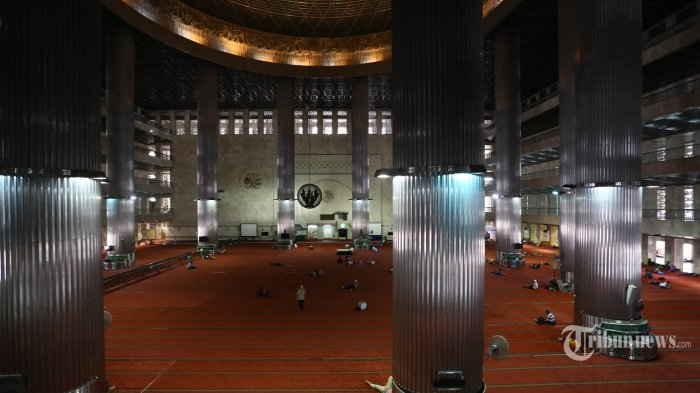 Warga beraktivitas di Mesjid Istiqlal, Jakarta Pusat, usai salat Jumat, (9/8/2019). Pemerintah akan melaksanakan salat Idul Adha pada Minggu (11/8/2019) pagi di Mesjid Istqilal. (Warta Kota/Angga Bhagya Nugraha)