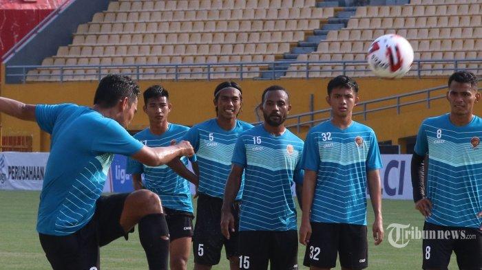 PEMANASAN --- Laskar wong Kito Sriwijaya FC latihan pemanasan sebagai persiapan menghadapi laga perdana Liga 2 tahun 2020 menjamu PSIM Jogya di Stadion Gelora Sriwijaya Jakabaring, Palembang, Sumatera Selatan, Sabtu (14/3/2020). SRIPO/SYAHRUL