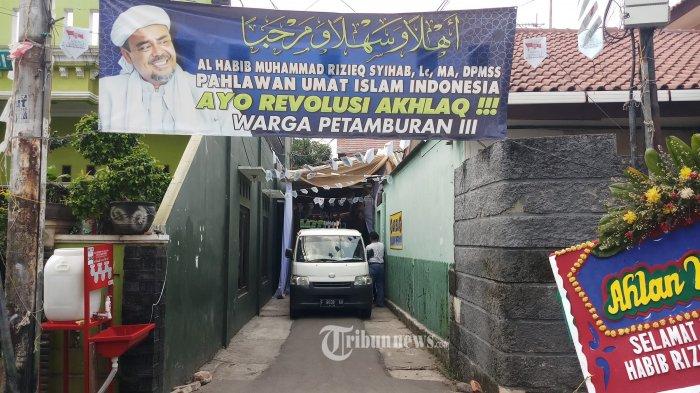 PERSIAPAN - Sejumlah persiapan tengah dilakukan panitia peringatan maulid Nabi Muhammad yang digelar Sekretariat DPP FPI di Jalan KS Tubun, Jakarta Pusat, Sabtu (14/11/2020). Dalam acara ini juga sekaligus akan dilakukan akad nikah putri dari Habib Rizieq Shihab. Dalam pelaksanaannya arus lalu lintas di jalan ini dialihkan ke jalan lain.WARTA KOTA/NUR ICHSAN