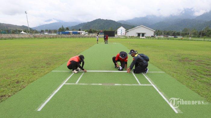 Panitia penyelenggara saat mempersiapkan venue Cricket di Doyo Baru, Sentani, Kabupaten Jayapura, Papua (24/9/2021).  Berdasarkan jadwal yang telah ditetapkan, cabang olahraga cricket akan dipertandingkan mulai Sabtu 25 September 2021 dengan tiga nomor untuk kategori putra dan putri yang bakal dipertandingkan yakni Super Six, Super Eight dan Twenty. Tribunnews/Jeprima