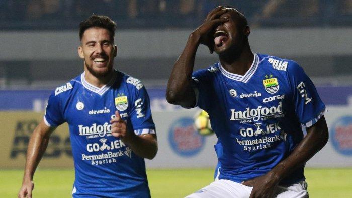 Pemain Persib Bandung, Ezechiel N'Douassel (kanan) merayakan golnya ke gawang PSM Makassar bersama rekannya, Jonathan Bauman dalam laga pekan ke-10 Liga 1 di Stadion Gelora Bandung Lautan Api (GBLA), Kota Bandung, Rabu (23/5/2018) malam.