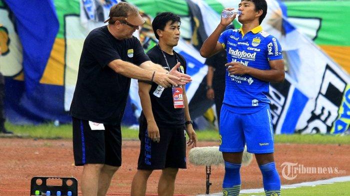 Pelatih Persib Bandung Robert Albert (kiri) ditemani asisten Yaya Sunarya (tengah) memberikan arahan kepada pemainnya Ahmad Jufriyanto (kanan) saat menghadapi PSM Makassar dalam pertandingan terakhir Liga 1 musim kompetisi 2019 di Stadion Si Jalak Harupat, Bandung, Minggu (22/12/2019). Tuan rumah Persib Bandung berhasil melumat tamunya PSM Makassar dengan skor telak 5-2. TRIBUN JABAR/DENI DENASWARA