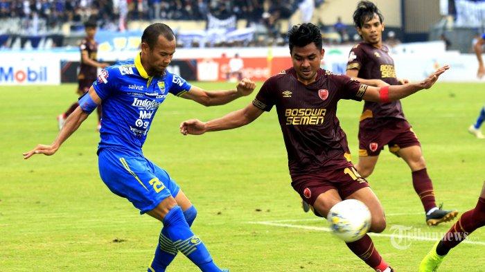 Pemain Persib Bandung Supardi Nasir (kiri) berduel dengan pemain PSM Makassar Asnawi Mangkualam (kanan) dalam pertandingan terakhir Liga 1 musim kompetisi 2019 di Stadion Si Jalak Harupat, Bandung, Minggu (22/12/2019). Tuan rumah Persib Bandung berhasil melumat tamunya PSM Makassar dengan skor telak 5-2. TRIBUN JABAR/DENI DENASWARA