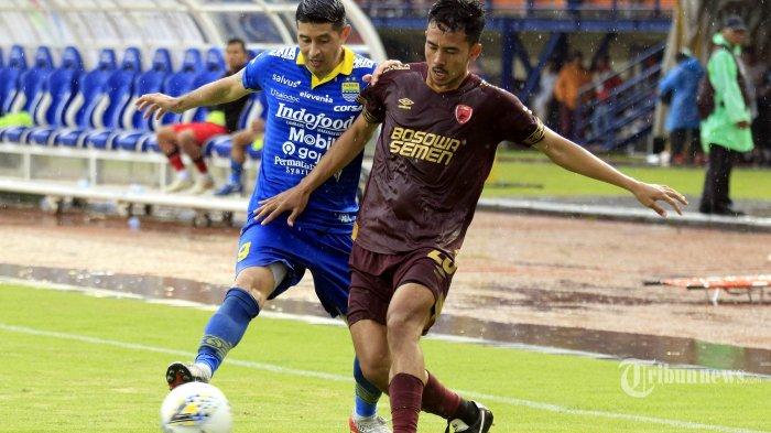 Pemain Persib Bandung Ezteban Vizcarra (kiri) berduel dengan pemain PSM Makassar Taufik Hidayat (kanan) dalam pertandingan terakhir Liga 1 musim kompetisi 2019 di Stadion Si Jalak Harupat, Bandung, Minggu (22/12/2019). Tuan rumah Persib Bandung berhasil melumat tamunya PSM Makassar dengan skor telak 5-2. TRIBUN JABAR/DENI DENASWARA