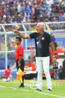 INSTRUKSI  - pelatih Arema FC, Mario Gomez memberikan instruksi pada pemain saat melawan Persib Bandung dalam laga Liga 1 di Stadion Kanjuruhan Kepanjen, Kabupaten Malang, Minggu (8/3/2020). Tuan rumah Arema FC dikalahkan Persib Bandung dengan skor 1-2. SURYA/HAYU YUDHA PRABOWO