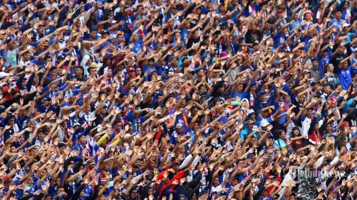 DUKUNGAN - Aremania mendukung Arema FC melawan Persib Bandung dalam laga Liga 1 di Stadion Kanjuruhan Kepanjen, Kabupaten Malang, Minggu (8/3/2020). SURYA/HAYU YUDHA PRABOWO