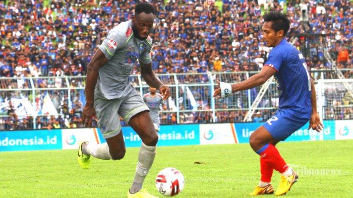 AREMA KALAH - Gelandanh Arema FC, Hendro Siswanto berebut bola dengan striker Persib Bandung, Castillion dalam laga Liga 1 di Stadion Kanjuruhan Kepanjen, Kabupaten Malang, Minggu (8/3/2020). Tuan rumah Arema FC dikalahkan Persib Bandung dengan skor 1-2. SURYA/HAYU YUDHA PRABOWO