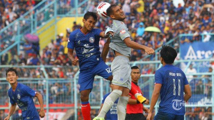 AREMA KALAH  - Kapten Arema FC, Hendeo siswanto berebut bola dengan gelandangPersib Bandung, David Nazari dalam laga Liga 1 di Stadion Kanjuruhan Kepanjen, Kabupaten Malang, Minggu (8/3/2020). Tuan rumah Arema FC dikalahkan Persib Bandung dnegan skor 1-2. SURYA/HAYU YUDHA PRABOWO