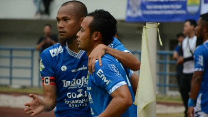 Dua pemain senior Persib Bandung yakni Supardi Nasir (kiri) dan Atep saat merayakan gol ke gawang Arema FC di Stadion Gelora Bandung Lautan Api (GBLA), Bandung, Kamis (13/9/2018).