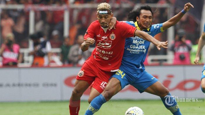 Pemain Persija Jakarta Bruno Matos (kiri) berduel dengan pemain Persib Bandung Hariono (kanan) dalam pertandingan lanjutan Liga 1 di Stadion Utama Gelora Bung Karno, Rabu (10/7/2019). Persib mampu menahan imbang tuan rumah Persija dengan skor 1-1. WARTA KOTA/FERI SETIAWAN