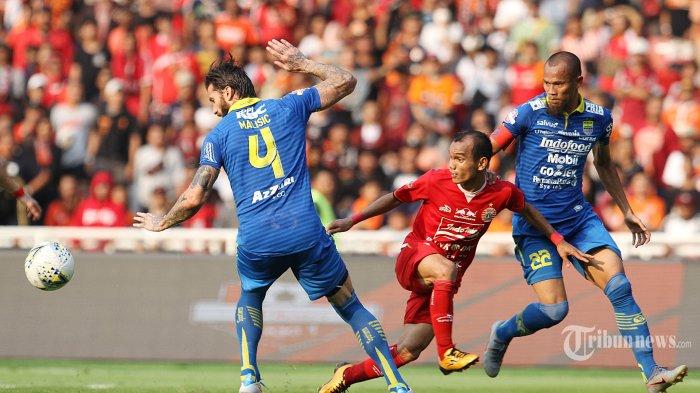 Pemain Persija Jakarta Riko Simanjuntak (tengah) dikawal oleh pemain Persib Bandung Bijan Malisic (kiri) dan Supardi (kanan) dalam pertandingan lanjutan Liga 1 di Stadion Utama Gelora Bung Karno, Rabu (10/7/2019). Persib mampu menahan imbang tuan rumah Persija dengan skor 1-1. WARTA KOTA/FERI SETIAWAN