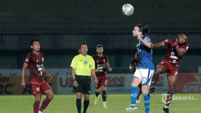Pesepak bola Persib Bandung berebut bola dengan pesepak bola Borneo FC pada lanjutan Liga 1 di Stadion Indomilk Sport Center, Tangerang, Banten, Kamis (23/9/2021). TRIBUNNEWS/IRWAN RISMAWAN