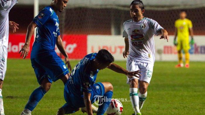 Laga Semi Final Leg Pertama Piala Menpora 2021 PERSIB Bandung (Biru) VS PS Sleman (Putih) di Stadion Maguwoharjo, Depok, Yogyakarta, Jum'at (16/4). TRIBUN JOGJA/SIGIT WIDYA