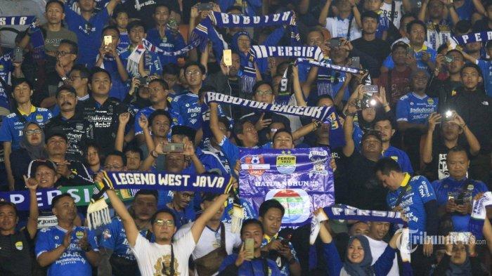 Aksi Sporter Bobotoh memberi semangat pemain Persib Bandung saat melawan PSIS Semarang pada laga lanjutan pekan ke-27 Liga 1 di Stadion Si Jalak Harupat, Kabupaten Bandung, Jawa Barat, Rabu (6/11/2019). Pertandingan tersebut dimenangkan oleh Persib dengan skor 2-1. (TRIBUN JABAR/Deni Denaswara)