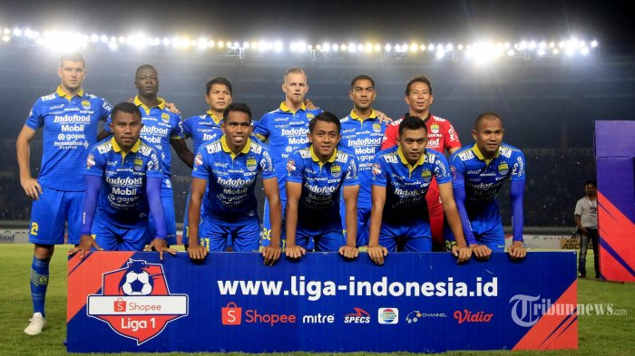 TIM Persib Bandung berpose bersama usai mengalahkan PSIS Semarang pada laga lanjutan pekan ke-27 Liga 1 di Stadion Si Jalak Harupat, Kabupaten Bandung, Jawa Barat, Rabu (6/11/2019). Pertandingan tersebut dimenangkan oleh Persib dengan skor 2-1. (TRIBUN JABAR/Deni Denaswara)