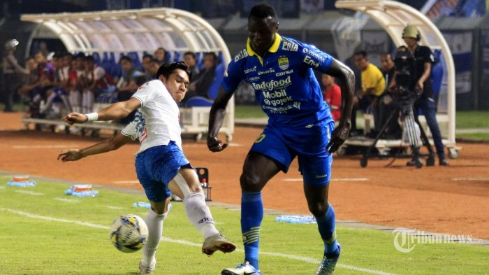 Aksi Duel Pesepak bola Persib Bandung dan PSIS Semarang merebut bola pada laga lanjutan pekan ke-27 Liga 1 di Stadion Si Jalak Harupat, Kabupaten Bandung, Jawa Barat, Rabu (6/11/2019). Pertandingan tersebut dimenangkan oleh Persib dengan skor 2-1. (TRIBUN JABAR/Deni Denaswara)
