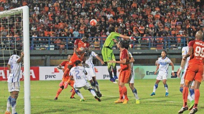 Kiper Persib Bandung, I Made Wirawan menepis bola hasil tendangan penjuru pemain Pusamania Borneo FC dalam laga leg pertama semi final Piala Presiden 2017 di Stadion Segiri, Samarinda, Kaltim, Kamis (2/3) malam.