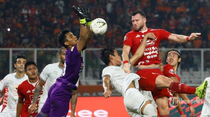 Pemain Persija Jakarta berebut bola dengan pemain Persebaya Surabaya saat lanjutan Shopee Liga 1 di Stadion Utama Gelora Bung Karno, Jakarta, Selasa (17/12/2019). TRIBUNNEWS/IRWAN RISMAWAN